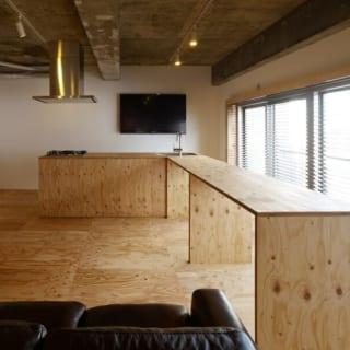 バーカウンター/テーブルを兼ねたバーカウンター。可動式なので、置く場所によって部屋を仕切ることもできる