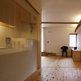 【画像】2階の娘世帯の仕事場。手前のキッチンをブラインドで隠せば、仕事の来客時も生活感を出さずに対応できる