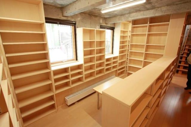 娘さんと奥さんが勉強できる図書スペース。独立した部屋ではなく、廊下につながっている空間にすることで、廊下の圧迫感をなくした。