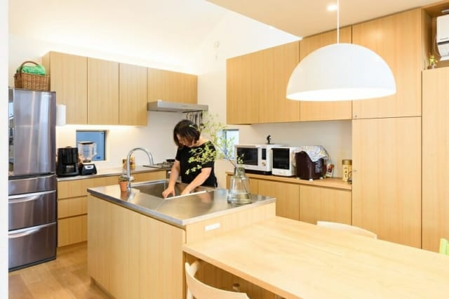 (S邸キッチン) S邸キッチン。洗い場と一体になったダイニングテーブルは、家具業者に発注して造作した