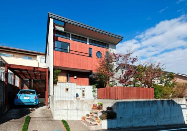 外観/外壁に使用するガルバリウムとウエスタンレッドシダーの対比がユニーク。外壁の木材箇所は竣工1年目にKさん自身が、5年目には工務店にお願いして自然塗料を塗装した。2階バルコニーからは梯子で屋根の上にも上がれる