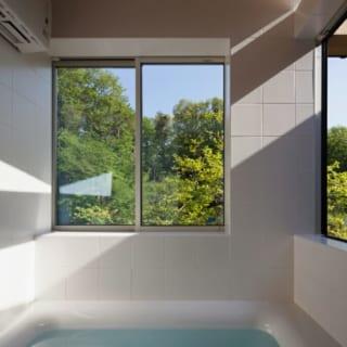 「一番日当たりのよいところに」という希望から、1階と2階の中間層の南東部分に配した浴室。窓からの景観、ヒノキの香りも心地よい。