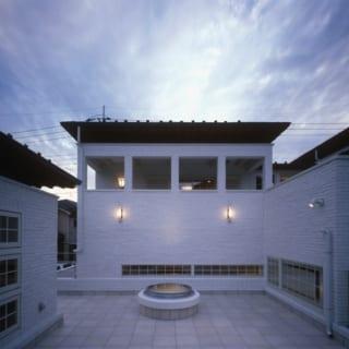 屋上テラス/半地下のリビングの屋上は、リビングと直接行き来できる広いテラスになっている。半地下の屋上のため2階より高さが低く、2階のバルコニーなどに囲まれており、屋外ながら適度に外部の視線を遮るプライベート感が嬉しい