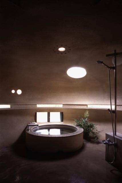 """風呂内部/Hさんが「孫たちを喜ばせたい」とオーダーした""""面白い風呂""""は、どこの温泉旅館に行ってもお目にかかれそうもない、個性豊かな異空間。丸みのある広々した浴室で湯に浸かると何かに守られているような安心感を得られ、身も心もリラックス"""