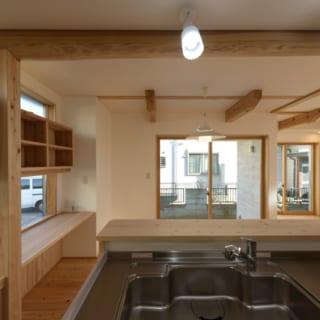 1階 キッチン/キッチンに立ったときの視界はこんな感じ。目の前のダイニングスペースにいる家族との距離感がなく、正面には窓もあって視線の抜けがいい