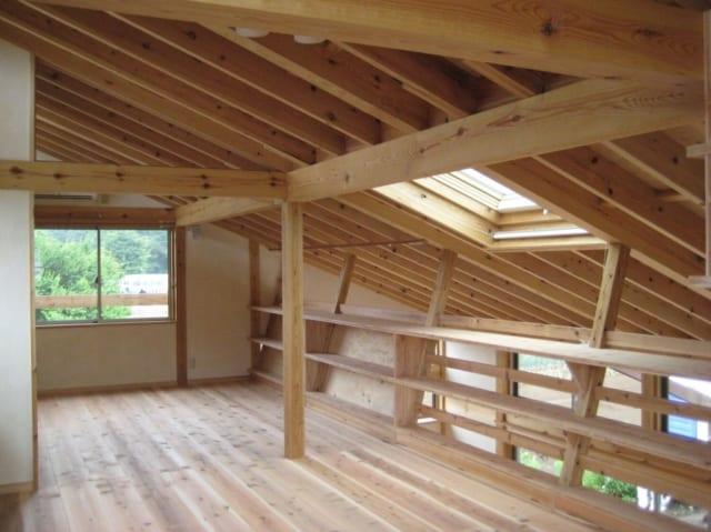 1.5階部分のロフト。北側に位置するが、東側の窓と天窓から自然の光と風をたっぷりと取り込める居心地のよい空間だ。お子様の成長に合わせて間仕切りして、ご夫妻の寝室、子ども部屋に分けられるよう設計されている。