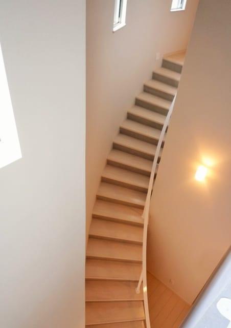 2階アトリエへと続く、上昇感のある階段