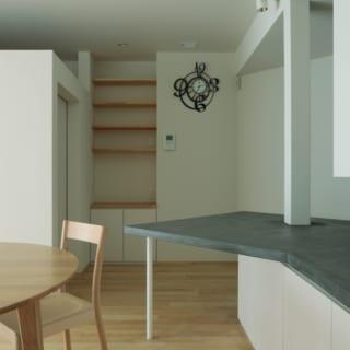 ダイニング~ワークスペース扉/ワークスペースの扉には引き戸をつけ、空間を有効に活用できるように。壁紙には吸湿効果があるといわれる珪藻土のクロスを採用した