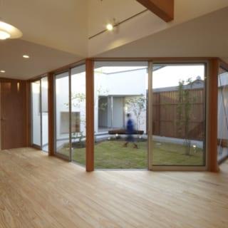 広場がどの部屋にも面しているので、個室からもLDKからも広場を通って、すぐ和室へ行くことができる
