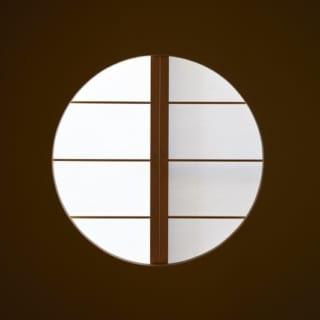 玄関脇にある和室は雑誌を参考に、丸い障子を使ったりしてこだわった。客間として使っている