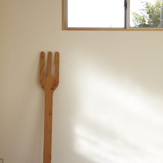 竣工直後はまっ白だった白い壁。holidayのモチーフであるフォークをたてかけて