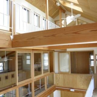2階子ども部屋~ロフト階/写真奥の引き戸の先が子ども部屋。2階は中央の吹抜けを囲むようにして主寝室や子ども部屋が配されている