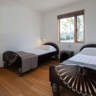 主寝室の真下にあるゲストルームも、窓からの眺めは良い。ベッドももちろん、アーティストの作品