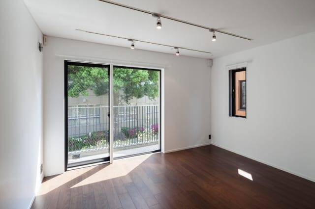 地階はウォルナットの無垢と合板の複合材を用いている。ほか、照明はダウンライトやスポットライト、エアコンは天井に埋め込まれたカセット式を採用。室内の面に凹凸がなく、すっきりとした印象に