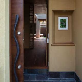 1階玄関~中庭/玄関、室内扉、ガラス扉はすべて引戸。家の中を効率よく風が通り抜けていく