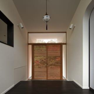 共用表玄関ホール/来客を迎える共用表玄関の内部。写真左の壁の向こうは大人数の宴席も行える広間。写真右の引き戸の先は洋室の応接間