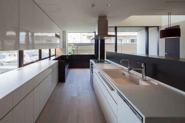 3世代が同時にキッチンに立てるよう、十分なスペースと作業台を確保