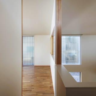 2階ファミリールーム入口/ダイニングの上部に位置するファミリールームは、近所に住むMさんの弟さん一家が、ピアノを弾いたり昼寝をしたりするために訪れるリラックス空間。この部屋には仏壇もさりげなく収められている