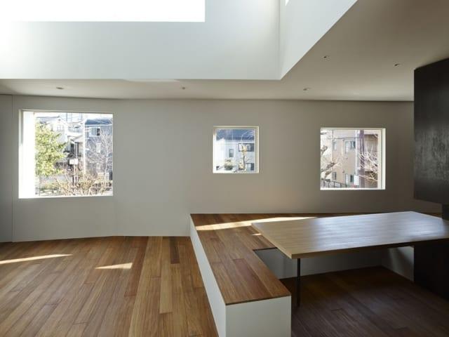 2階 リビング/リビングには大小の窓が連なる。公園の借景を美しく見せるために、大きさや位置だけではなく角度も考え設置した。ハイサイドの大きな窓からの光と合わせて採光も十分なのに加え、室内に落ちる影までもが表情豊かなものに
