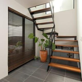 1階と2階をつなぐスケルトンの階段。大きな採光窓を設けて、より爽やかな雰囲気に。