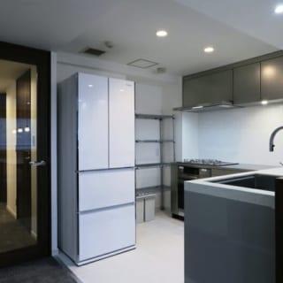 キッチン/ステンレスを用いて都会的な雰囲気を演出したキッチン。作業台も広々としており、使い勝手も抜群