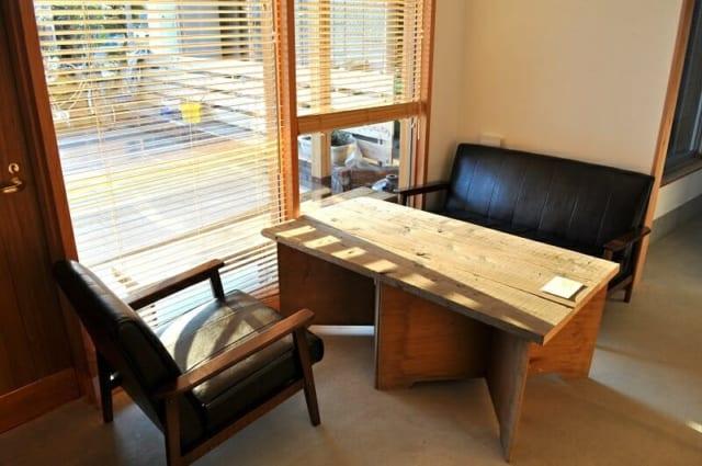 1階 テーブル席/大きな窓から日差しが差し込んで気持ちいい。テーブルは大工さんの足場板を活用