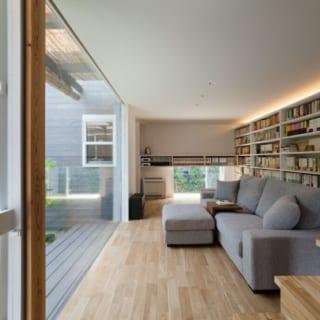 白で塗装された天井、無垢の床が清々しいリビング。大容量の本棚を設置し、気軽に読書を楽しめるように。