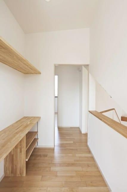 2階 子供部屋/部屋にいてもこもりきらないよう、右側に階段や1階を見下ろせる空間が空いている。左の棚は奥様の化粧台として活用