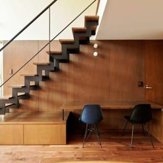 階段/2階に続く階段の下には収納と、作業ができるデスクを設置