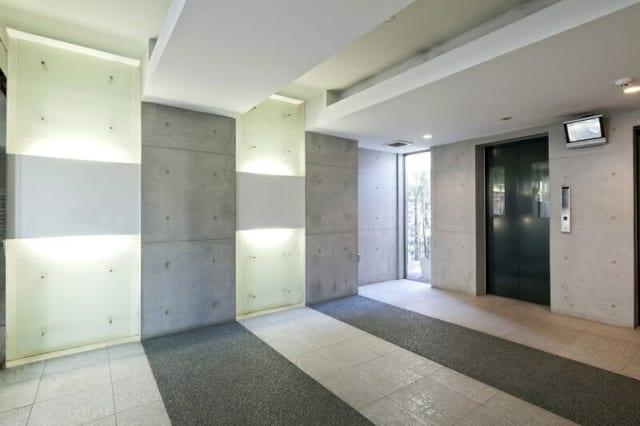 エレベーターホール/共用スペースはゆったりとした広さをとり、贅沢な仕様に。ガラスや御影石など内装材も厳選し、照明も駆使して洗練されたデザインに仕上がった
