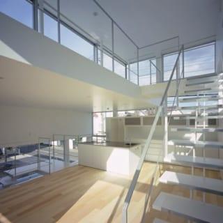 階段のデザイン1つを取っても、開放感を出すために計算して設計。重い印象にならないように隙間があり抜けているタイプをセレクトした。当初はもう少し1段1段の重なりが少なかったが、お施主さんが「怖い気がする」ということで、1段1段の重なりを多く取り視線の抜けをキープしながら恐怖感をなくすことに成功している。