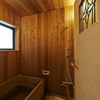 浴室/こだわりの丸ごと木の浴室。温もりある木の風合いを楽しみながら家族で贅沢なバスタイムを過ごすことができる
