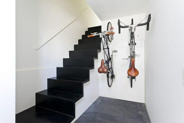 玄関は英国製の自転車アレックスモールトンが2台入る設計。夫婦で吉祥寺まで出かける時や、ご主人が出勤時に利用