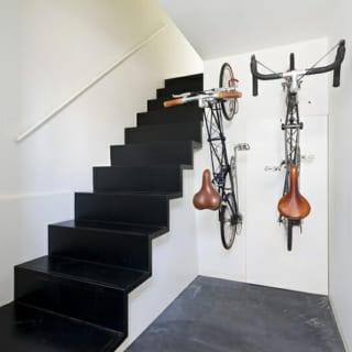 関は英国製の自転車アレックスモールトンが2台入る設計。夫婦で吉祥寺まで出かける時や、ご主人が出勤時に利用