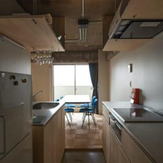 キッチン/天板やステンレスなど金属のテイストを避けたいという奥様の要望により、木で造られたキッチン