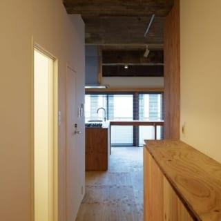 廊下/廊下から見たワンルーム。狭い通路を抜けると広々とした空間が広がり、視覚的に広く見せる効果も