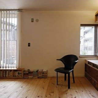 【画像】キッチンの奥は寝室。キッチンとの間には可動式のパーテーションを設け、仕事とプライベートの仕切りにもなっている。壁はすべて漆喰。床は無垢のサワラを使用し、柔らかく温かみもあり、使うほどに味わいが増していく