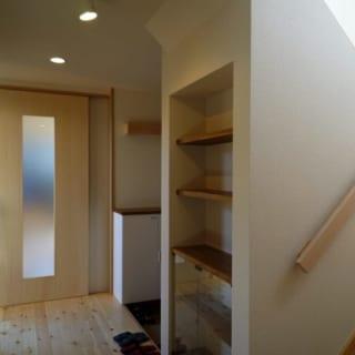 階段/階段の横に造り付けた棚は、娘さんのご要望で設えた。飾り棚としても使えるが、本を並べる予定だそう。「日常的に文字を目にすると、お母さまの頭の体操になる」というのがその理由