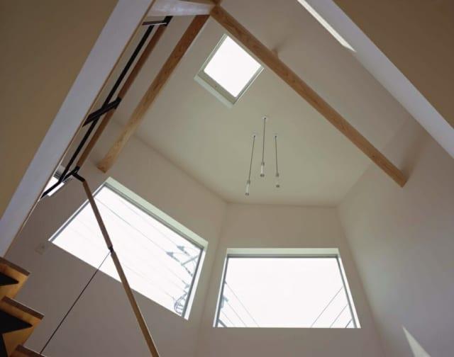 高窓とトップライト/2階に設けられたトップライトと高窓が吹き抜けから1階に光を届ける
