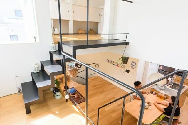 S邸のフリースペースからリビングとダイニングキッチンを望む。上部は3階の寝室