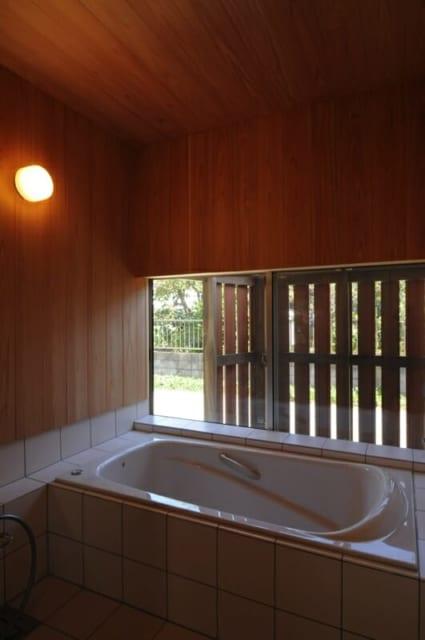 浴室/大和張りの板塀で囲った坪庭を楽しめる浴室。壁には湿気に強く、香りのよいサワラを使用している