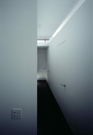 【写真】雨戸を閉じると、1階の部屋は完全に外の視線を遮断できる。プライバシーを守りつつ、光もしっかりとりいれて