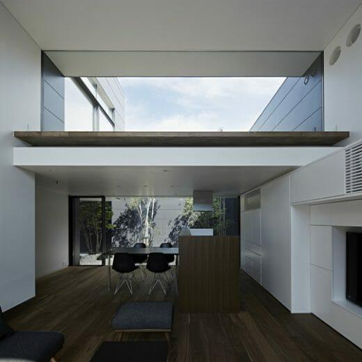 【写真】キッチンの背面側の収納は扉を閉じれば、完全にフラットになり、周囲の壁に同化する