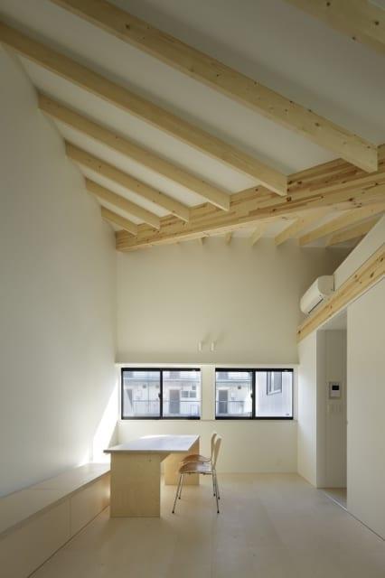【写真10】A棟 2階 リビングダイニング/コンパクトな造りながら、天井の高いリビングダイニングは広々