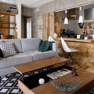 グレイの壁面とソファを基調に様々な色のインテリアが配置されているが、それがかえって統一感を感じさせてくれる