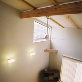 2階リビング ハイサイド窓/吹抜けの大空間は、ハイサイドの窓から入る自然光で心地よい明るさに満ちている。この窓は月見にもちょうどよく、Sさんのお気に入り