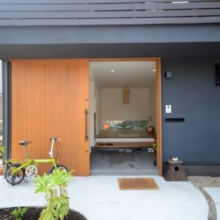 木肌の玄関ドアとのコントラストが印象的