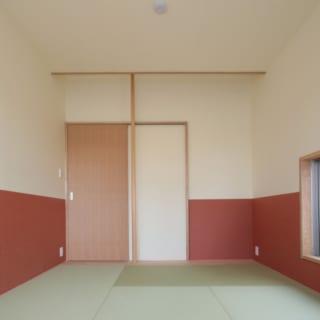 デッキテラスと隣接する和室。小窓を設けて採光・通風性を高めているほか、テラスとの緩やかな連続性も意識。