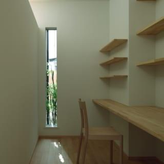 ワークスペース/コンパクトなスペースのため、リビングとの仕切り壁の上部を開けたほか、外の樹木を眺めることのできる窓をつけて開放感を演出。窓は開閉式なので、風の通りもよい