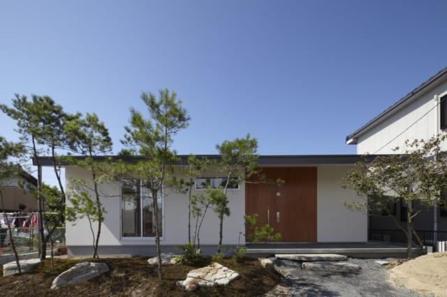 入り口部分は1階建て。左手の木の奥、窓が見える部分が和室